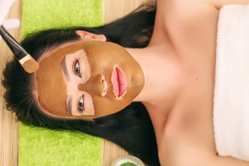 Zdrój terapia dla młodej kobiety ma kosmetyk maskę przy piękno salonem zdjęcia royalty free