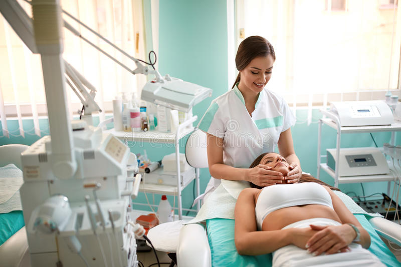 Zdrój twarzy masaż w zdroju salonie zdjęcie royalty free