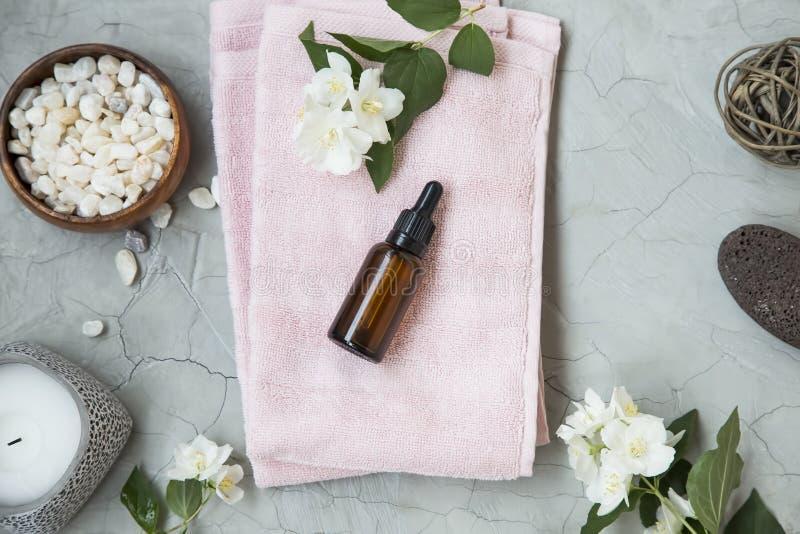 Zdrój ustawia wciąż życie z jaśminowym olejem, jaśminów kwiaty, kąpielowy s zdjęcia stock