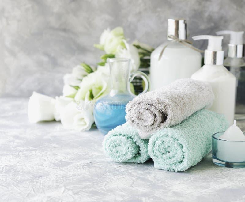 Zdrój ustawiający na białym marmuru stole z stertą ręczniki, selekcyjna ostrość fotografia stock