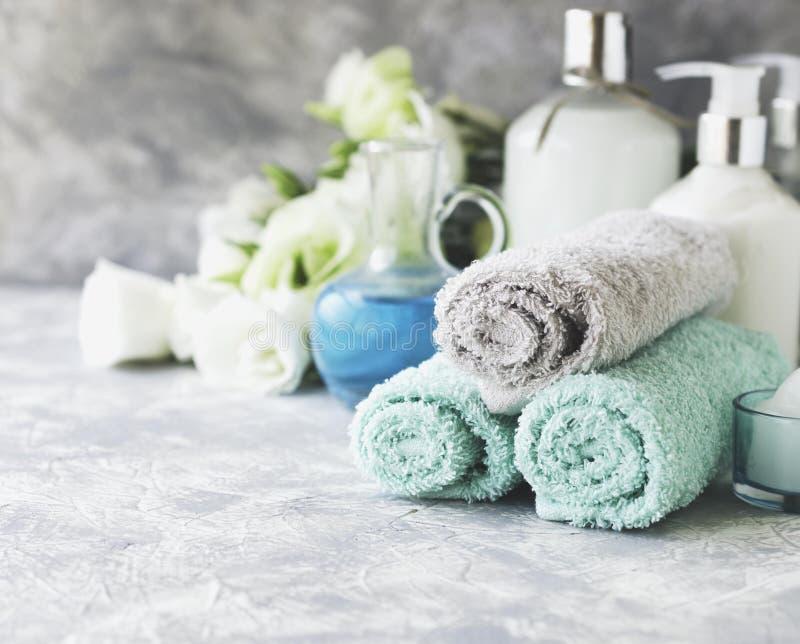 Zdrój ustawiający na białym marmuru stole z stertą ręczniki, selekcyjna ostrość fotografia royalty free