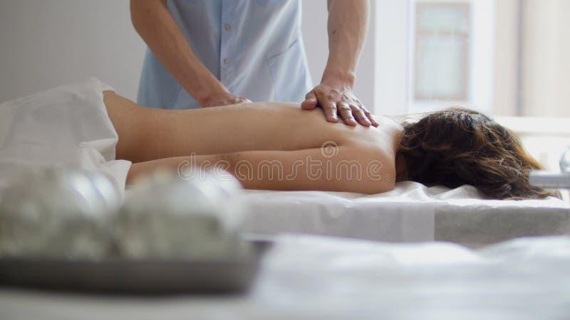 Zdrój W masażu banku tworzy próżnię przeciw tłu kobieta obrazy royalty free