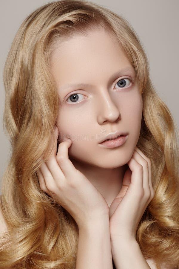 Zdrój, wellness & opieka zdrowotna. Piękny dziewczyna model z czystą skórą, kędzierzawy blondyn obrazy royalty free