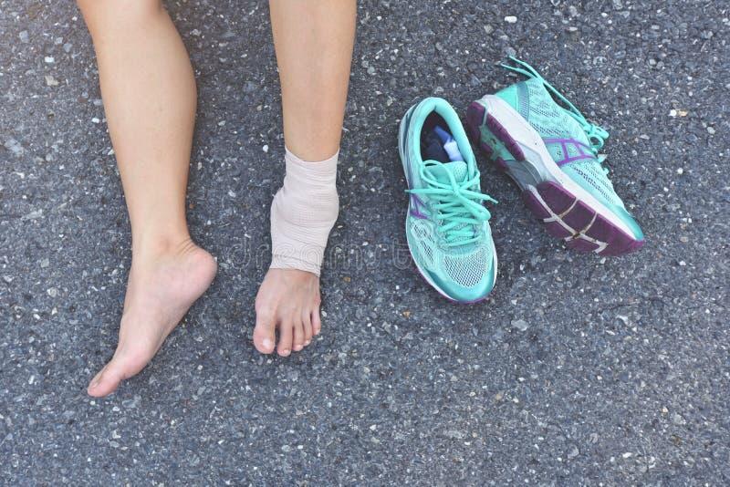 Zdradzony biegacza obsiadanie na drodze zdjęcie royalty free