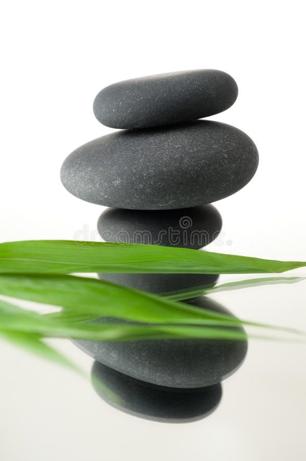 zdrojów bambusowi kamienie obraz royalty free