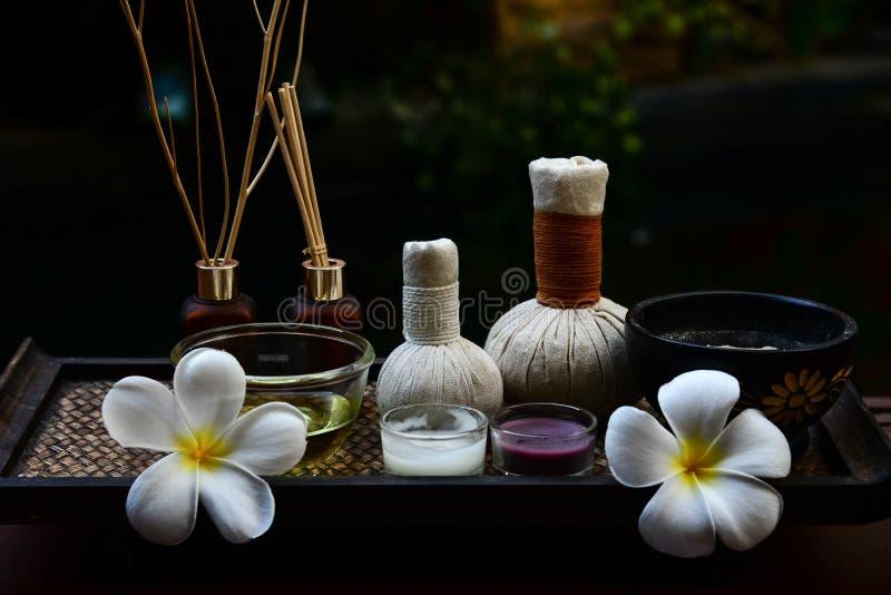 Zdrojów cieki i ręka tajlandzki masaż kompresują piłki, ziołowa piłka na drewnianym z traktowanie zdrojem, fotografia royalty free