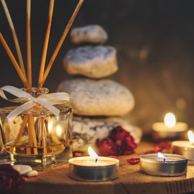 Zdrojów kamienie, świeczki, aromatherapy, suszą kwiaty zdjęcie stock
