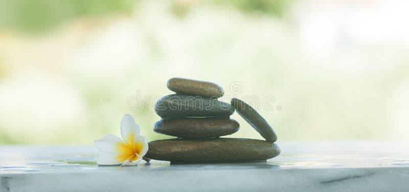Zdrojów kamienie dla masażu traktowania i zdjęcia stock