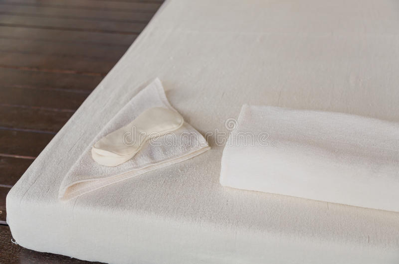 Download Zdroju łóżko obraz stock. Obraz złożonej z hotel, opieka - 57653303
