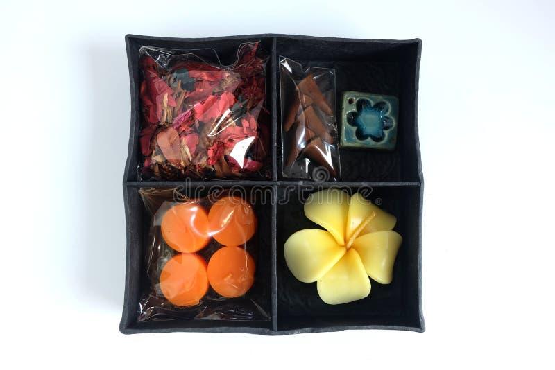 Zdroju aromata terapia ustawiająca w pudełku, świeczka aromat, róże Kształtować świeczki, kadzidło kije i suszy kwiatu zdjęcie stock