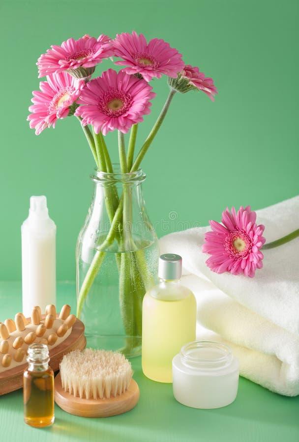 Zdroju aromatherapy z gerbera kwitnie istotnego oleju muśnięcie obraz stock