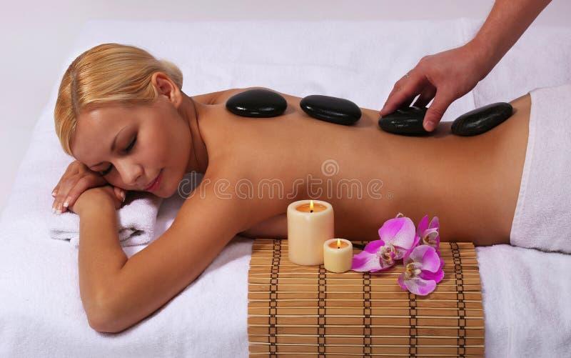 Zdroju kamienia masaż. Piękna blondynki kobieta zdjęcie royalty free
