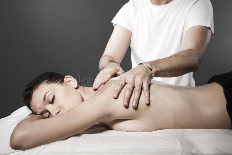 Zdroju masaż dla pięknej ładnej kobiety - piękna traktowania therap obraz stock