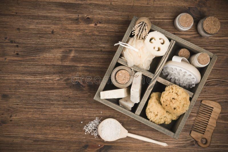 Zdroju masażu i threatment produkty w pudełku na drewnianym tle obraz royalty free