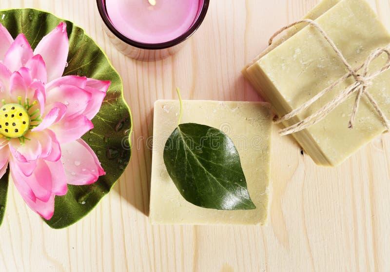 Zdroju organicznie mydło, kwiat i świeczka, zdjęcie stock