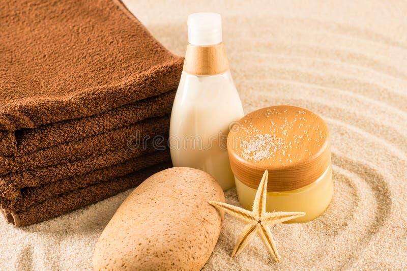 Zdroju piękna traktowania produkty na piasku obrazy stock