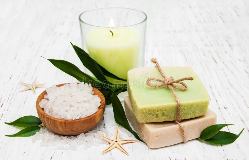 Zdroju położenie z świeczką, handmade mydłem i solą, zdjęcie royalty free