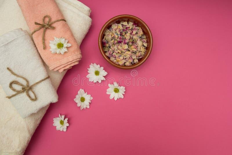 Zdroju pojęcia - wysuszeni i świezi kwiaty, ręczniki obraz stock