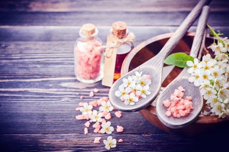 Zdroju pojęcie Kwiaty w pucharze z wodą Morze sól, istotnego oleju masaż fotografia stock