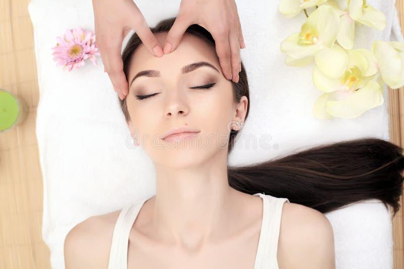 Zdroju pojęcie Twarz masaż Młoda kobieta dostaje zdroju traktowanie, cl obrazy stock