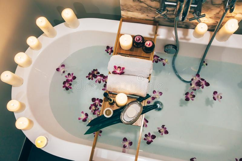 Zdroju skąpanie z kwiatami, świeczkami i tacą, obrazy royalty free