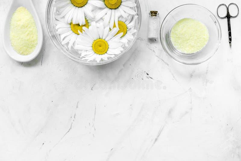 Zdroju skład na białym biurku z soli, chamomile, ręcznika i sciccors copyspase odgórnym widokiem, zdjęcia royalty free