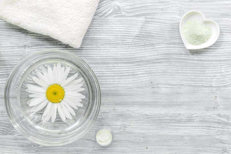Zdroju skład na drewnianym biurku z soli, chamomile i ręcznika copyspase odgórnym widokiem, obraz stock