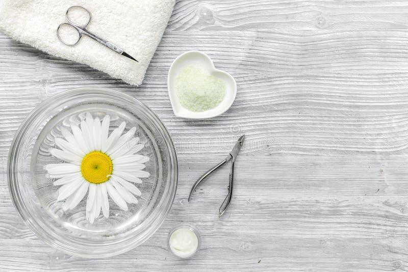Zdroju skład na drewnianym biurku z soli, chamomile, ręcznika i manicure'u ustalonego copyspase odgórnym widokiem, fotografia stock
