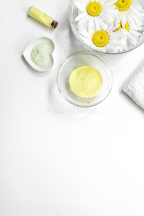 Zdroju skład z soli, chamomile i ręcznika copyspase odgórnego widoku tła białym vertical, fotografia royalty free
