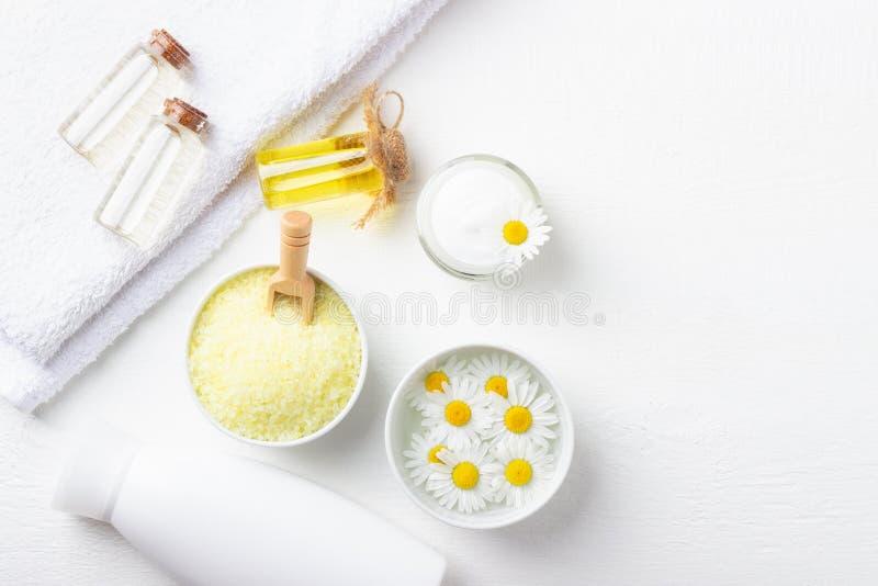 Zdroju tło z kąpielową żółtą morze solą, naturalną śmietanką i chamomile, zdjęcie stock
