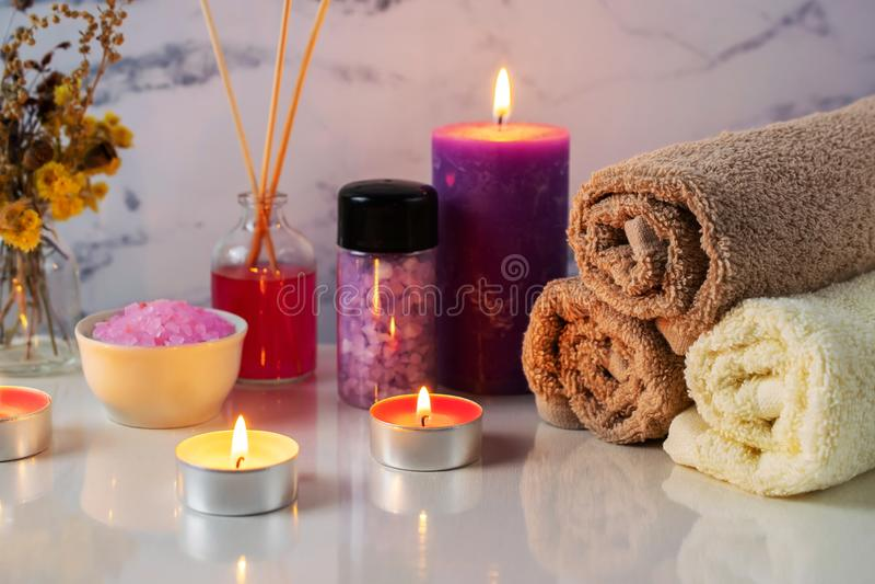 Zdroju traktowanie ustawiający z perfumową solą, świeczki, ręczniki i aromat, oliwimy zdjęcia royalty free