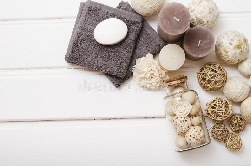 Zdroju wciąż życie - mydło i ręczniki na drewnianym tle obrazy stock