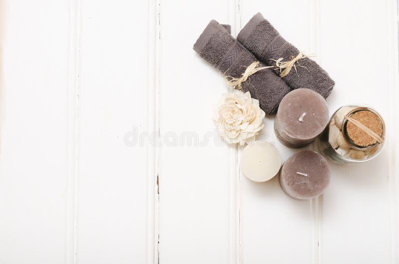 Zdroju wciąż życie - mydło i ręczniki na drewnianym tle obraz stock
