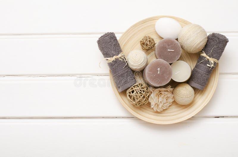 Zdroju wciąż życie - mydło i ręczniki na drewnianym tle zdjęcie stock