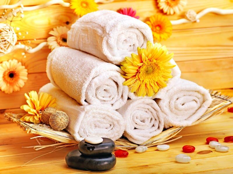 Zdroju wciąż życie z ręcznikiem w drewnianym zdroju. obrazy royalty free