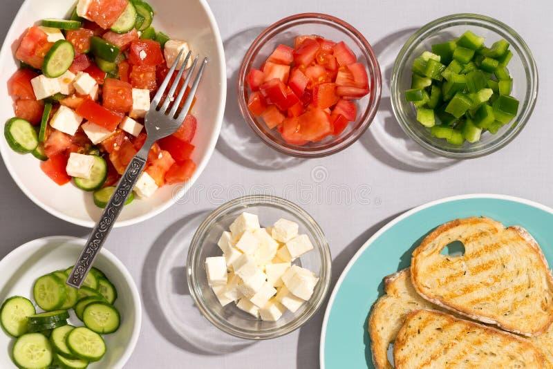 Zdrowa Śródziemnomorska sałatka z grzanką zdjęcia stock