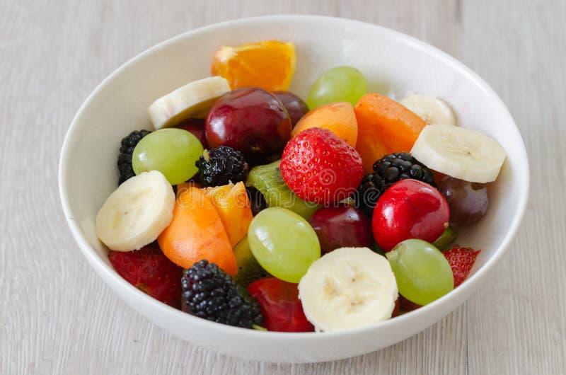 Zdrowa świeża owocowa sałatka w bielu talerzu Odgórny widok fotografia stock