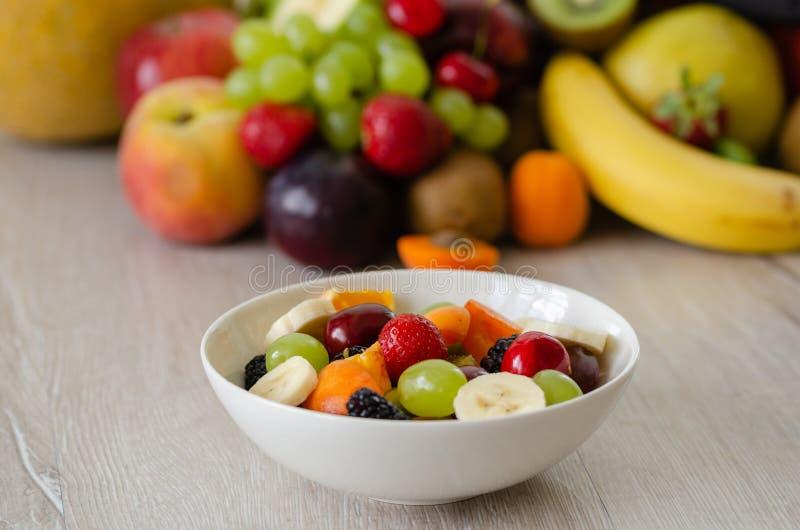 Zdrowa świeża owocowa sałatka w bielu talerzu Odgórny widok zdjęcia stock