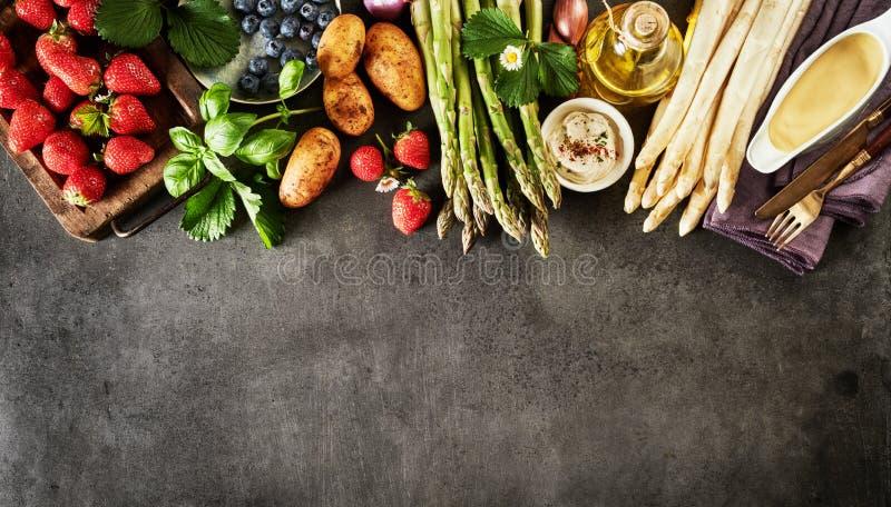 Zdrowa świeża wiosny owoc i warzywo granica zdjęcia stock