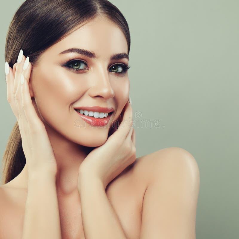 Zdrowa Żeńska twarz uśmiechnięci młodych kobiet zdjęcie royalty free