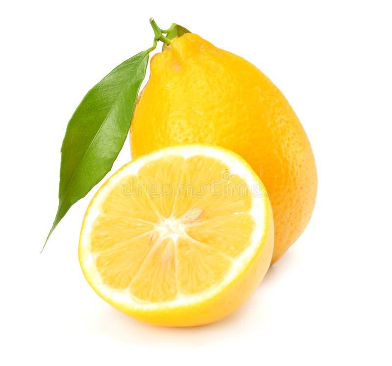 zdrowa żywność Cytryna z zielonym liściem odizolowywającym na białym tle zdjęcie royalty free