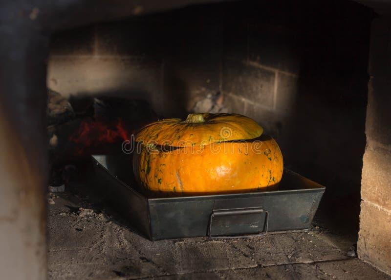 zdrowa żywność Gotować w piekarniku Jabłka, jagody piec w piekarniku obraz royalty free