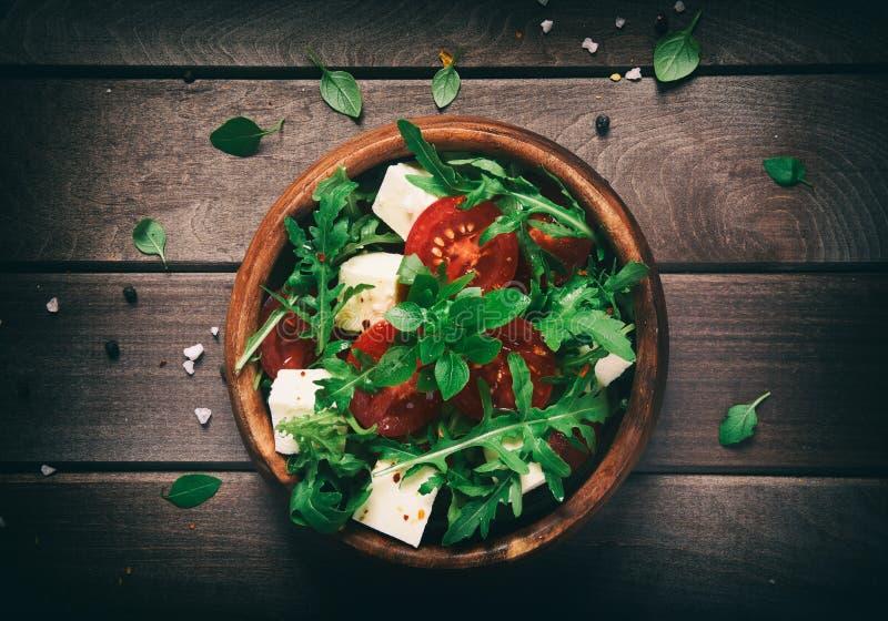 zdrowa żywność Jarzynowa sałatka na drewnianym stole zdjęcia stock