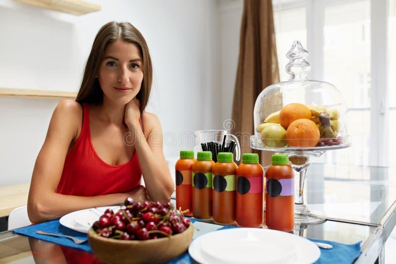 zdrowa żywność Kobieta Z Detox Smoothie W kuchni odżywczy obraz stock