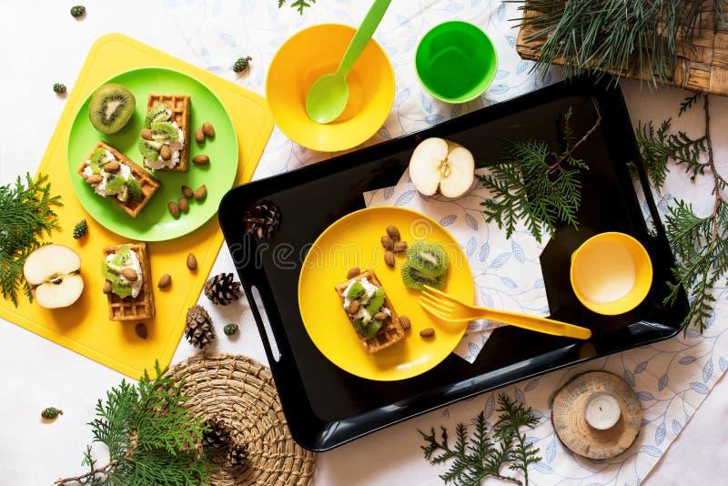 zdrowa żywność Pinkin w naturze Śniadanie z goframi, kiwi, migdał, miękki ser, jabłko, mleko na białym tle Odgórny widok, mieszka zdjęcie stock