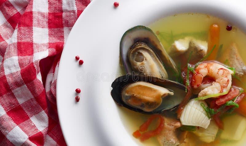 Zdrowa domowej roboty owoce morza polewka biała ryba, garnele i mussels, zdjęcia stock