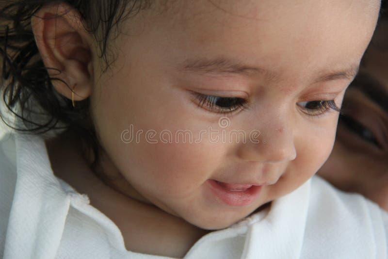 Zdrowa indyjska dziewczynka patrząca z radosnym wyrazem fotografia stock
