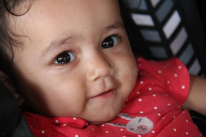 Zdrowa indyjska dziewczynka patrząca z radosnym wyrazem obrazy stock
