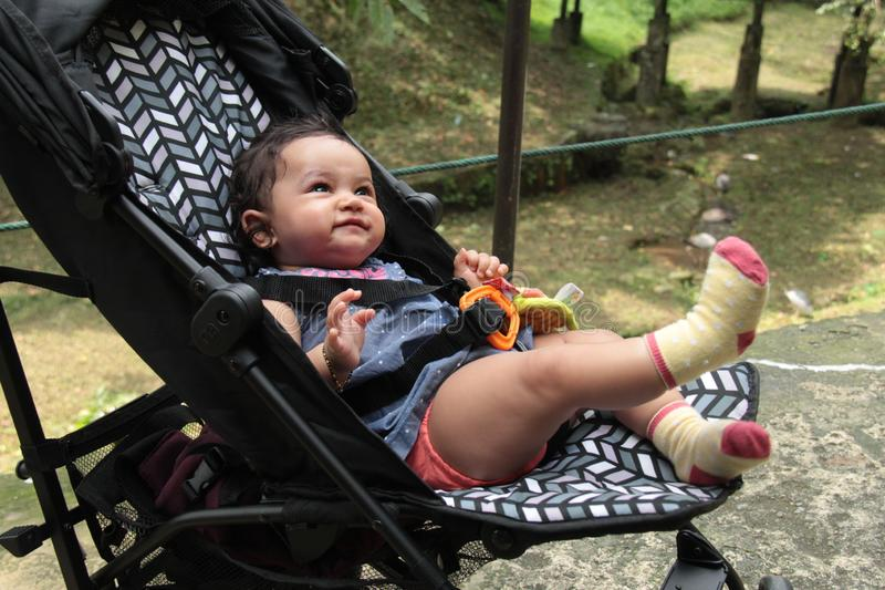Zdrowa indyjska dziewczynka patrząca z radosnym wyrazem zdjęcia royalty free