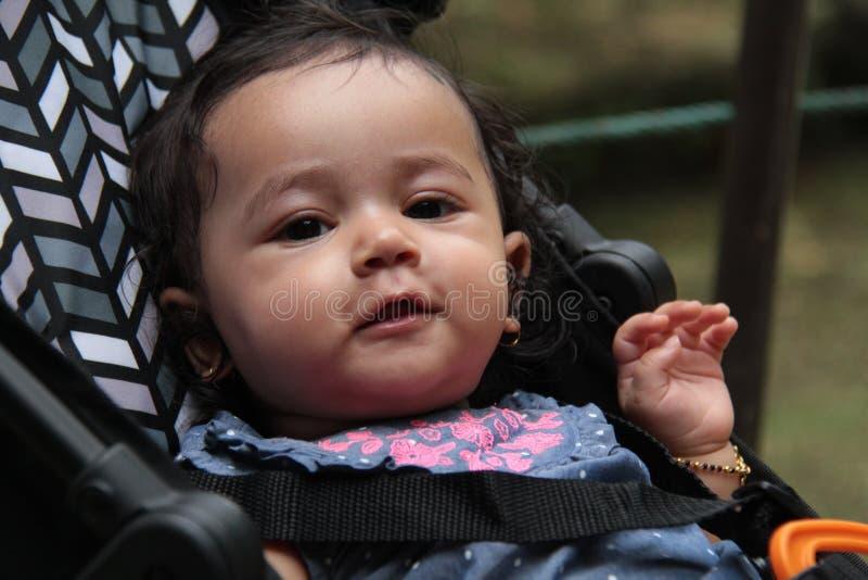 Zdrowa indyjska dziewczynka patrząca z radosnym wyrazem obraz royalty free